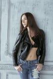 Jeune femme de brune dans la veste en cuir au vintage Photo libre de droits