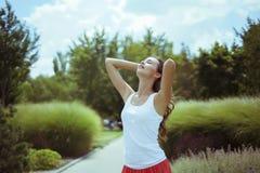 Jeune femme de brune en nature photos stock