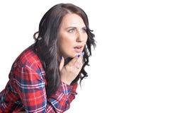 Jeune femme de brune faisant l'expression du visage Images stock