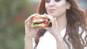 Jeune femme de brune mangeant son repas pendant l'heure du déjeuner banque de vidéos