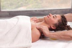 Jeune femme de brune obtenant le massage image stock
