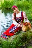 Jeune femme de brune près de la rivière Image stock