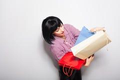 Jeune femme de brunette avec des sacs à provisions Photographie stock