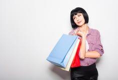Jeune femme de brunette avec des sacs à provisions Photographie stock libre de droits
