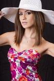 Jeune femme de brunette avec le chapeau de paille blanc Photographie stock libre de droits