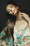 Jeune femme de brunette avec le long cheveu, projectile de studio Photos libres de droits