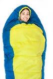 Jeune femme de camping dans le sac de couchage Photos libres de droits