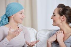 Jeune femme de cancer avec l'ami Photographie stock