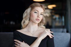 Jeune femme de charme de portrait avec le sourire amical, long sourire de cheveux blonds images stock