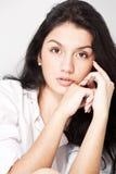 Jeune femme de cheveu noir de plan rapproché photos stock