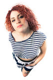 Jeune femme de cheveux bouclés de maquillage sur le fond blanc Vêtements de fille photographie stock libre de droits