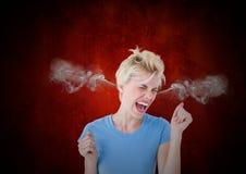 jeune femme de colère avec la vapeur sur des oreilles Fond noir et rouge photos libres de droits