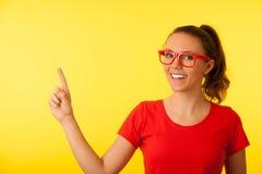 Jeune femme de connaisseur au point rouge de T-shirt dans l'espace de copie au-dessus de vibrant images stock