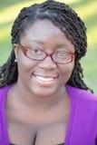 Jeune femme de couleur avec des glaces Images stock