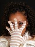 Jeune femme de couleur avec la main enfilée de gants avant visage photos libres de droits