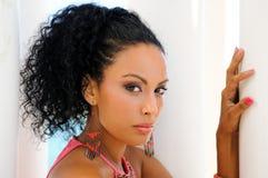 Jeune femme de couleur, coiffure Afro image stock