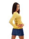 Jeune femme de couleur dans la jupe de jeans par derrière images stock