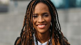 Jeune femme de couleur heureuse Modèle élégant images stock