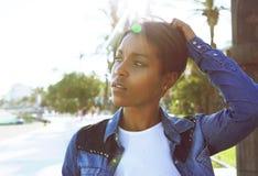 Jeune femme de couleur posant avec la main dans les cheveux Images libres de droits