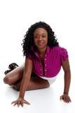 Jeune femme de couleur se penchant sur ses mains Photographie stock libre de droits