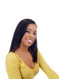 Jeune femme de couleur souriant dans le chandail jaune photos stock