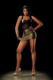 Jeune femme de couleur utilisant une mini jupe photo stock