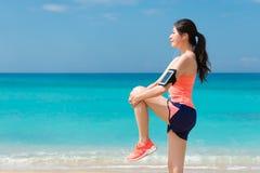 Jeune femme de coureur de forme physique de beauté faisant l'échauffement photos stock