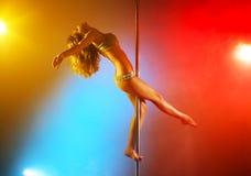 Jeune femme de danse de pôle photo stock