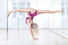 Jeune femme de danse de pôle Images libres de droits