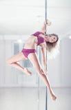 Jeune femme de danse de pôle Photo libre de droits