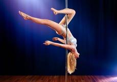Jeune femme de danse de pôle Image stock