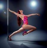 Jeune femme de danse de pôle Photos stock
