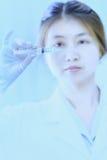 Jeune femme de docteur de l'Asie avec la seringue dans l'hôpital Image stock