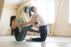 Jeune femme de enseignement de bel entraîneur féminin de yogi dans la classe de yoga photographie stock
