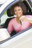 Jeune femme de fille d'afro-américain conduisant la voiture tenant la clé photo libre de droits