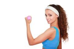 Jeune femme de forme physique établissant avec l'haltère image libre de droits