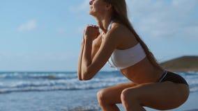 Jeune femme de forme physique établissant le noyau et les glutes avec la séance d'entraînement de poids du corps faisant des exer banque de vidéos
