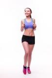 Jeune femme de forme physique avec le chiffre sportif sain avec la corde à sauter photographie stock