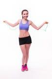 Jeune femme de forme physique avec le chiffre sportif sain avec la corde à sauter photos stock