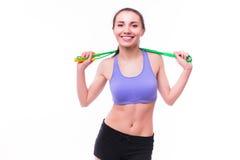 Jeune femme de forme physique avec le chiffre sportif sain avec la corde à sauter images stock