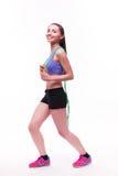 Jeune femme de forme physique avec le chiffre sportif sain avec la corde à sauter image libre de droits