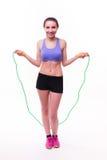 Jeune femme de forme physique avec le chiffre sportif sain avec la corde à sauter photo stock