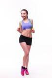 Jeune femme de forme physique avec le chiffre sportif sain avec la corde à sauter image stock