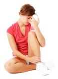 Jeune femme de forme physique dans la chemise rouge d'isolement sur le blanc photographie stock