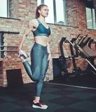 Jeune femme de forme physique dans le sporstwear photo libre de droits