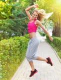 Jeune femme de forme physique de sport pulsant pendant la séance d'entraînement extérieure images stock