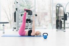 Jeune femme de forme physique faisant la séance d'entraînement d'exercice au crossfit image stock