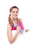 Jeune femme de forme physique retenant le panneau blanc Images stock