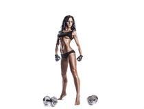 Jeune femme de forme physique se reposant après exercice avec des haltères d'isolement Photo libre de droits