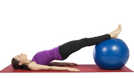 Jeune femme de forme physique travaillant son ABS avec la boule de pilates Photos libres de droits